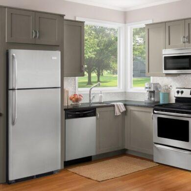 бытовая техника на кухне холодильник