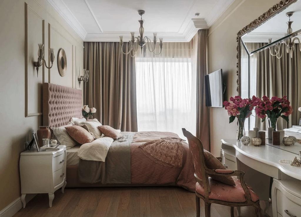 мебель, шпонированную орехом, с плавными линиями – полукруглую консоль с зеркалом