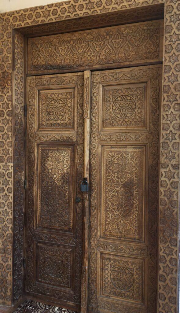 Красивая восточная деревянная дверь