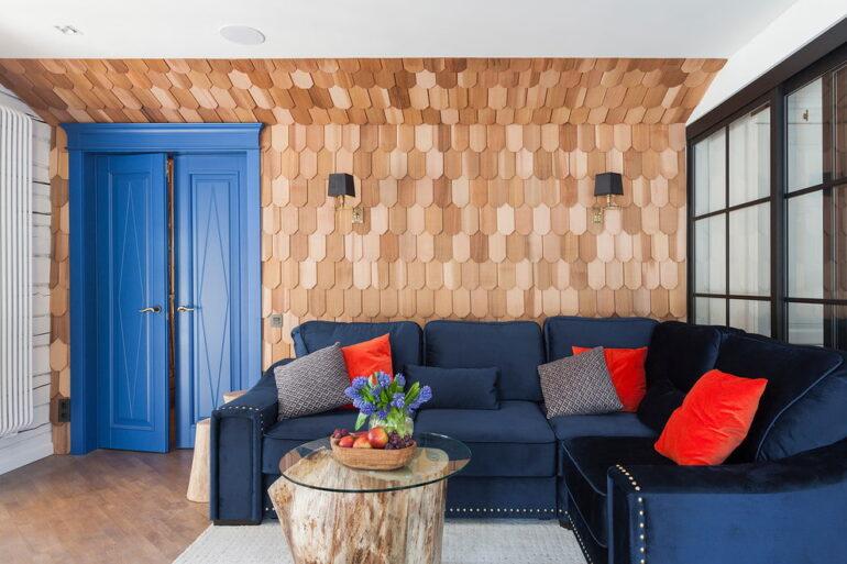 Стильные двери в интерьере гостиной