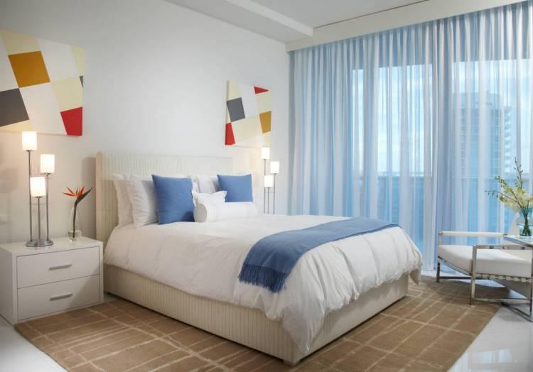 Как оформить окно в спальне?