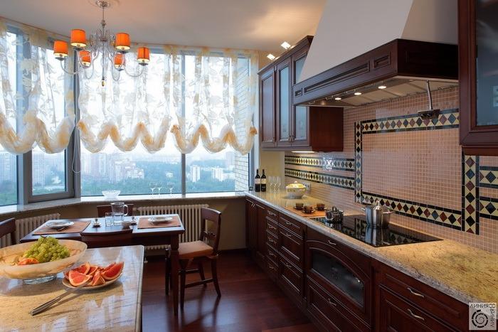 Окна на кухне шторы. Оформление