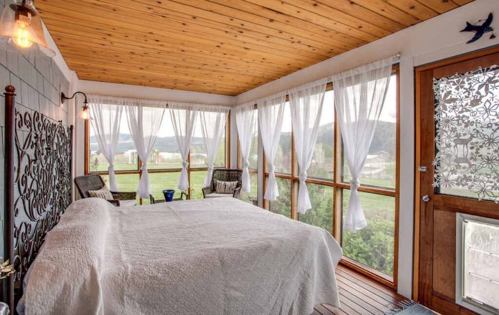 Спальня на веранде – Уютная спальня на даче