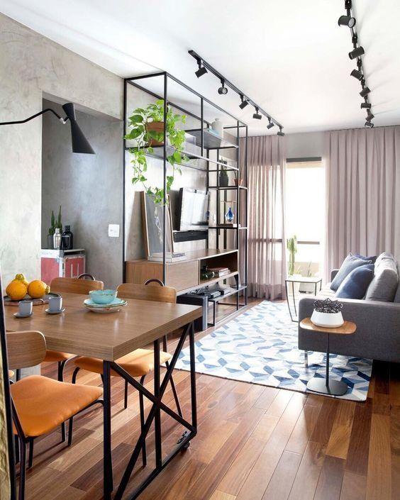 Зонирование светом : потолочное освещение в гостиной и точечное освещение над столом
